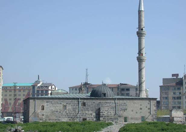 Kayseri Gülük Camii, hamamı ve medresesi 1143-1164 tarihlerinde Danişmendli Nizâmeddin Yağıbasan tarafından yaptırılmıştır.