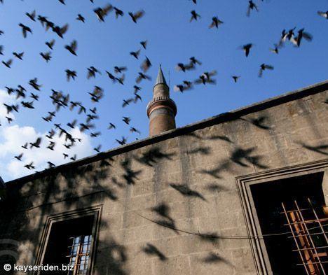 Kayseri Ulu Cami, 1135 tarihinde, Danişmendli hükümdarı Melik Mehmet (Muhammed) Gazi tarafından yaptırılmıştır.